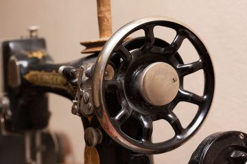 Comment installer une machine à coudre Singer des années 1940
