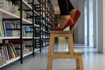 Comment monter une bibliothèque au mur ?