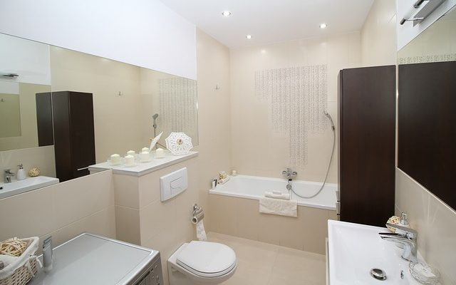 Comment décorer un lavabo de salle de bain rose toilette baignoire ...