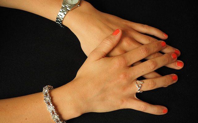 Comment laquer des bijoux en cuivre de laque