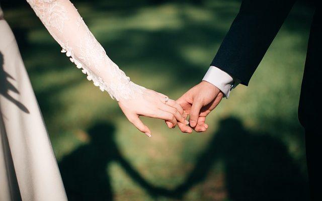 Pratiques élisabéthaines dans le mariage et la parade nuptiale.