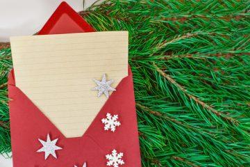 Une bonne façon de mettre les cartes dans des enveloppes