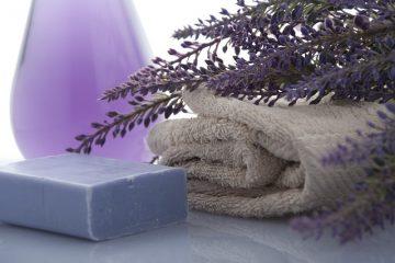 Un remède maison pour éliminer les résidus de savon sur les portes de douche en verre.