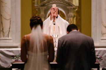 Quelles sont les paroles exactes d'un prêtre lors d'un mariage ?