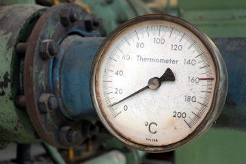 Qu'est-ce qui cause l'augmentation de la jauge de température d'une voiture ?