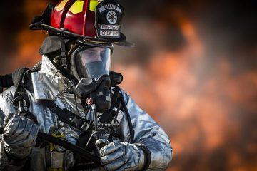Qu'est-ce qu'un pompier porte ?