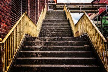 Comment installer des marches d'escalier en pin